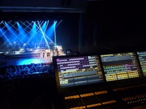 Adoro-Show mit Equipment von Clay Paky, MA Lighting und Robert Juliat